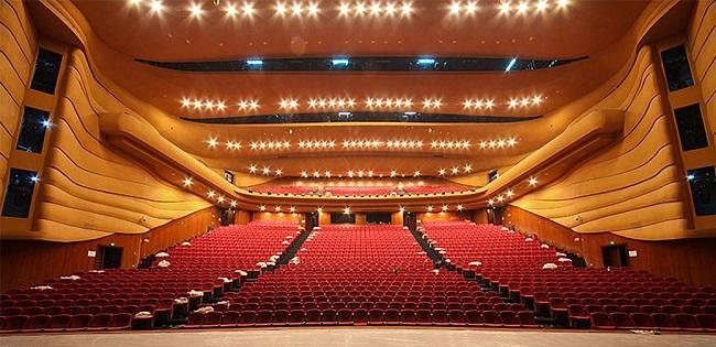 地面侧光(流动光) 流动光是舞台上的一种机动光,通常放在舞台两侧与天桥侧光配合使用或作为造型光单独使用。这种光的利用率很高,造型能力很强。流动光的位置与演员的角度,从观众位置来看,形成90。该灯光能突出物体的表面结构,所投射的光立体形态强烈。 顶光 顶光是从上向下垂直投射的光线,不适于照射人物。
