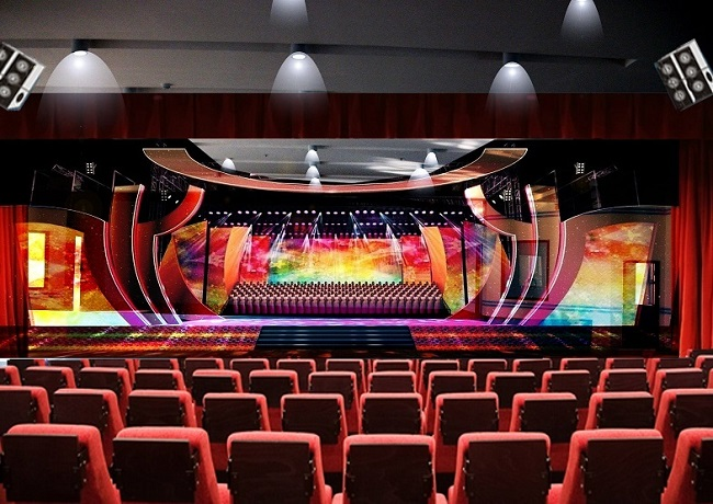 剧场灯光常用灯位: 面光 装在舞台大幕之外观众厅顶部位置。光线从正面投射于台前表演区,照射演员面部的灯位为面光。它可以取得普遍的亮度,消除画面中容易产生的死角,还可以调整光比,增大或减小反差,以示均衡的作用,避免局部曝光不足。但这种光若不与其它光位的光配合应用,则会缺少亮度层次和立体感。